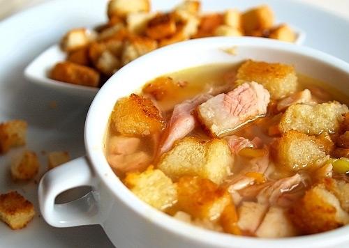 Гороховый суп с курицей и гренками