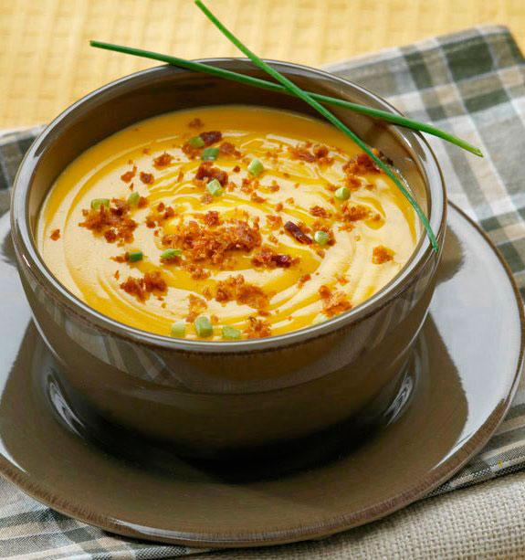 Подача сырного супа с гренками
