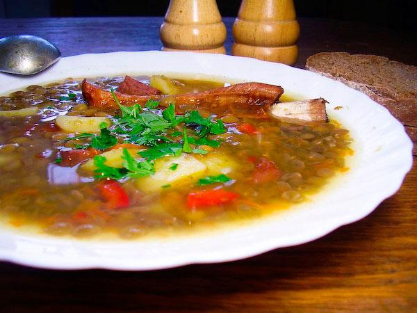Вкусный суп из чечевицы с копчёностями