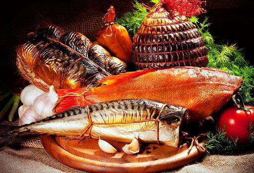 Наиболее часто мы коптим рыбу и мясо, но можно таким же способом приготовить и другие продукты