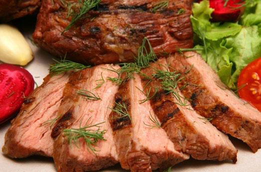 Мясо несложно коптить в домашних условиях