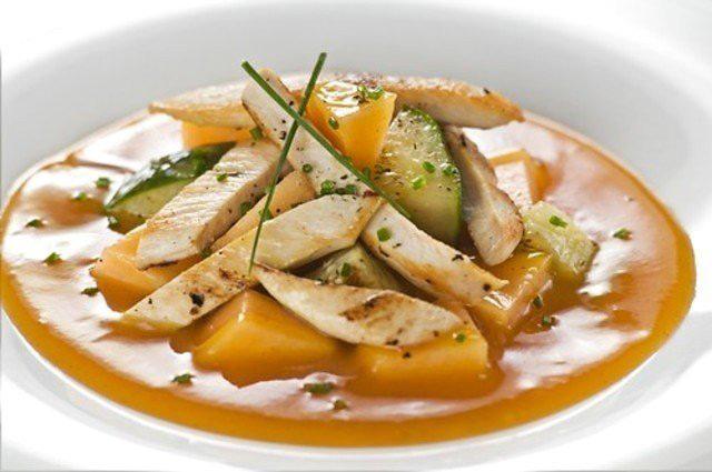 Салат из копченой курицы с грушей