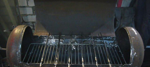 Полноценную мангал-коптильню можно сделать из газового баллона