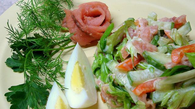 Используя копчёную горбушу можно получить очень вкусные салаты