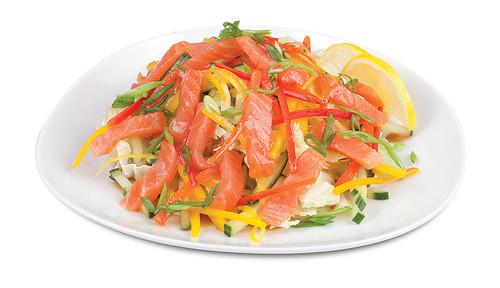 Предлагаем вам несколько вариантов приготовления салата с копчёным лососем