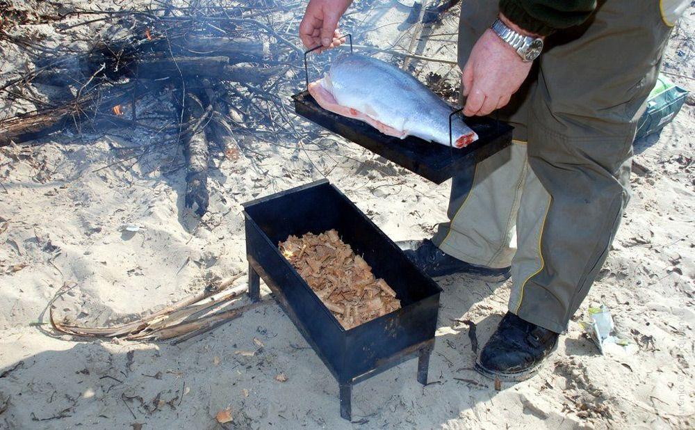Помещаем рыбу в коптильню