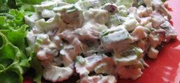 Популярные рецепты салатов из копчёной рыбы