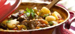 Аппетитные копчёные рёбрышки, тушённые с картошкой